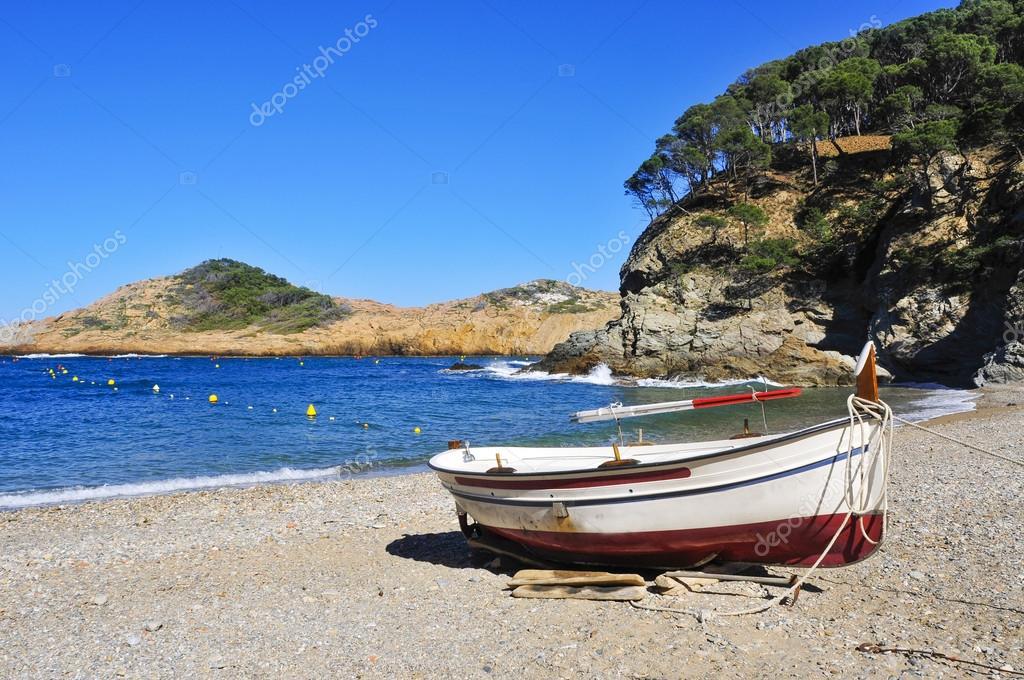 Vecchia barca da pesca in spiaggia di sa tuna in begur for 3 piani di design da spiaggia