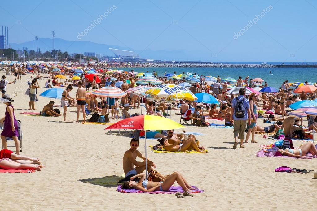 Pessoas na praia de platja del bogatell em barcelona for Paginas de nudismo
