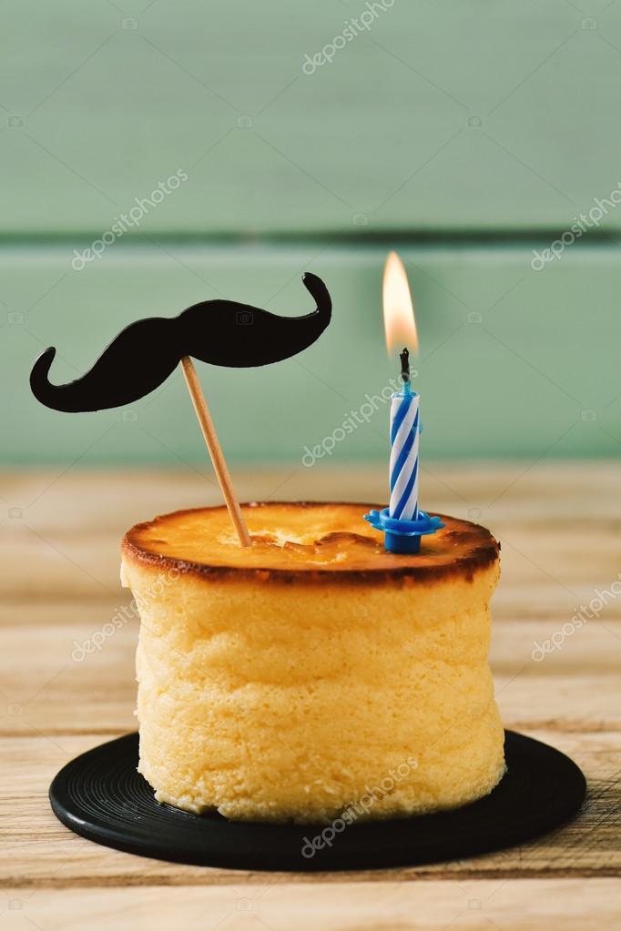 Женщина не молодой глядя на торт, свечи горят в f — стоковое фото.