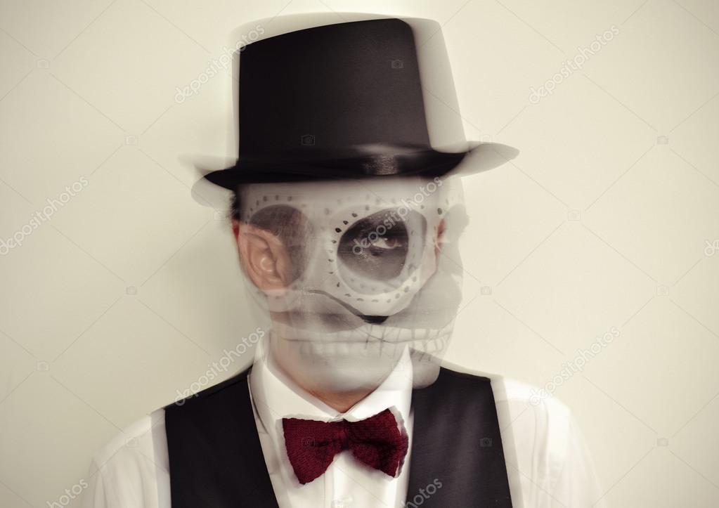 Человек с Калаверас макияж в движении — Стоковое фото ...