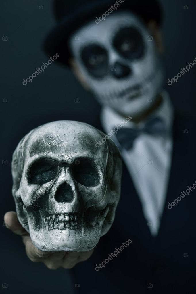 Hombre con maquillaje de calaveras mexicanas que muestra un cráneo — Fotos  de Stock d9b1eacda58