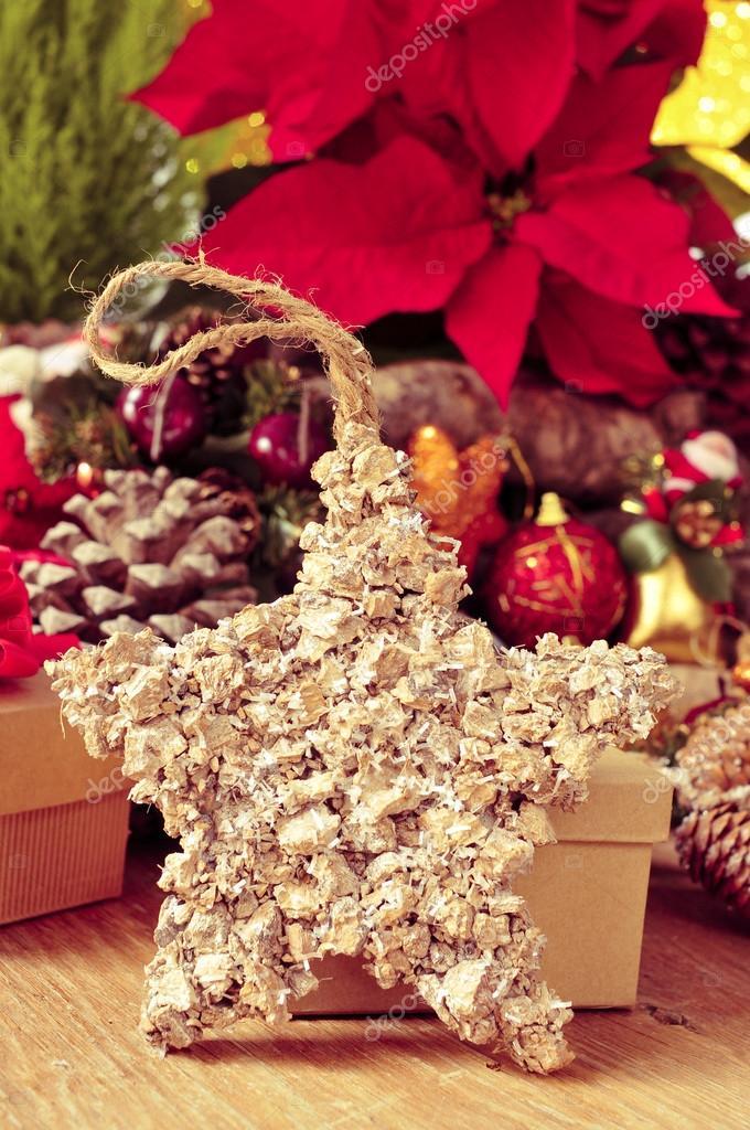 Weihnachtsstern Umgeben Von Christbaumschmuck Stockfoto C Nito103