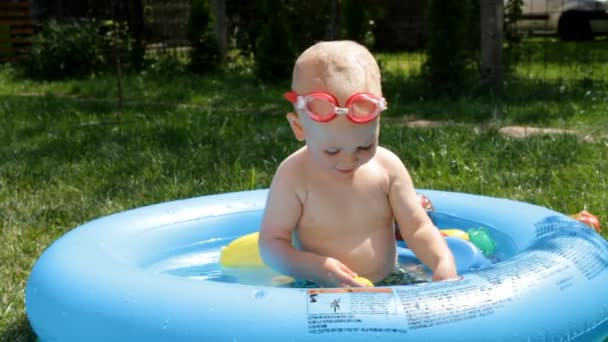 Shild bagna in piscina per bambini u video stock pavel markevych