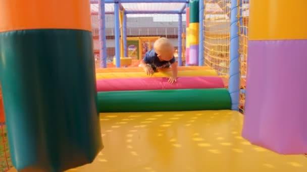 das Kind kriecht auf einem weichen, Kinderspielplatz