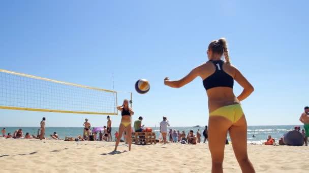 Žena Beach volejbal. Párový týmy dívek hraje volejbal na pláži