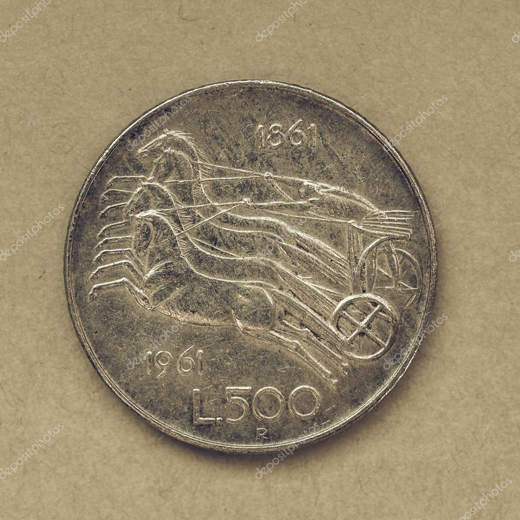 102e137860 Annata che osserva monete Vintage 500 Lire italiane ritirate  dall'introduzione dell'Euro — Foto di ...