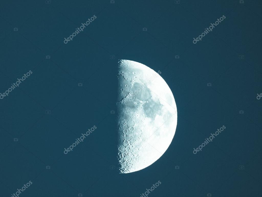 Cuarto De Luna   Primer Cuarto De Luna Foto De Stock C Claudiodivizia 76554431