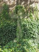 Sírok és keresztek goth temetőben