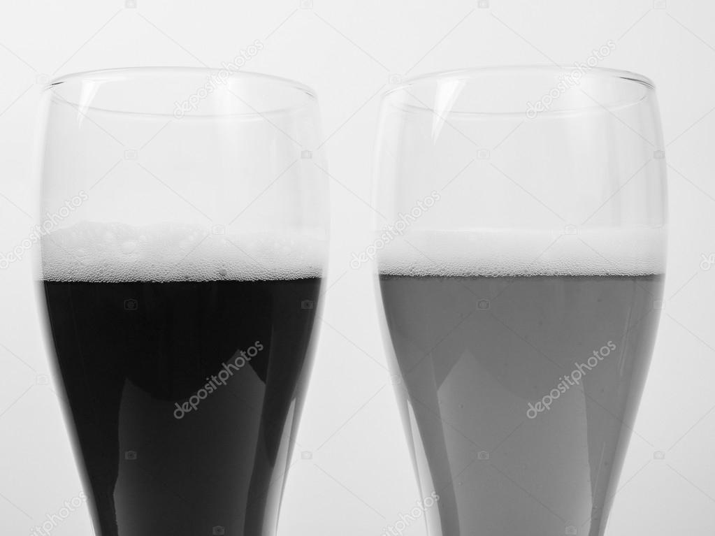 Bianco e nero due bicchieri di birra tedesca foto stock for Bicchieri birra prezzi