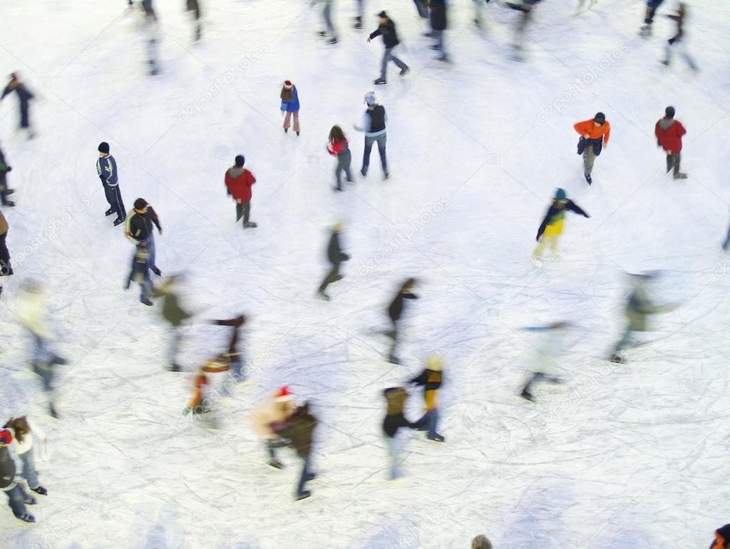 Gente patinando en la pista de hielo — Fotos de Stock © ivanmateev ...