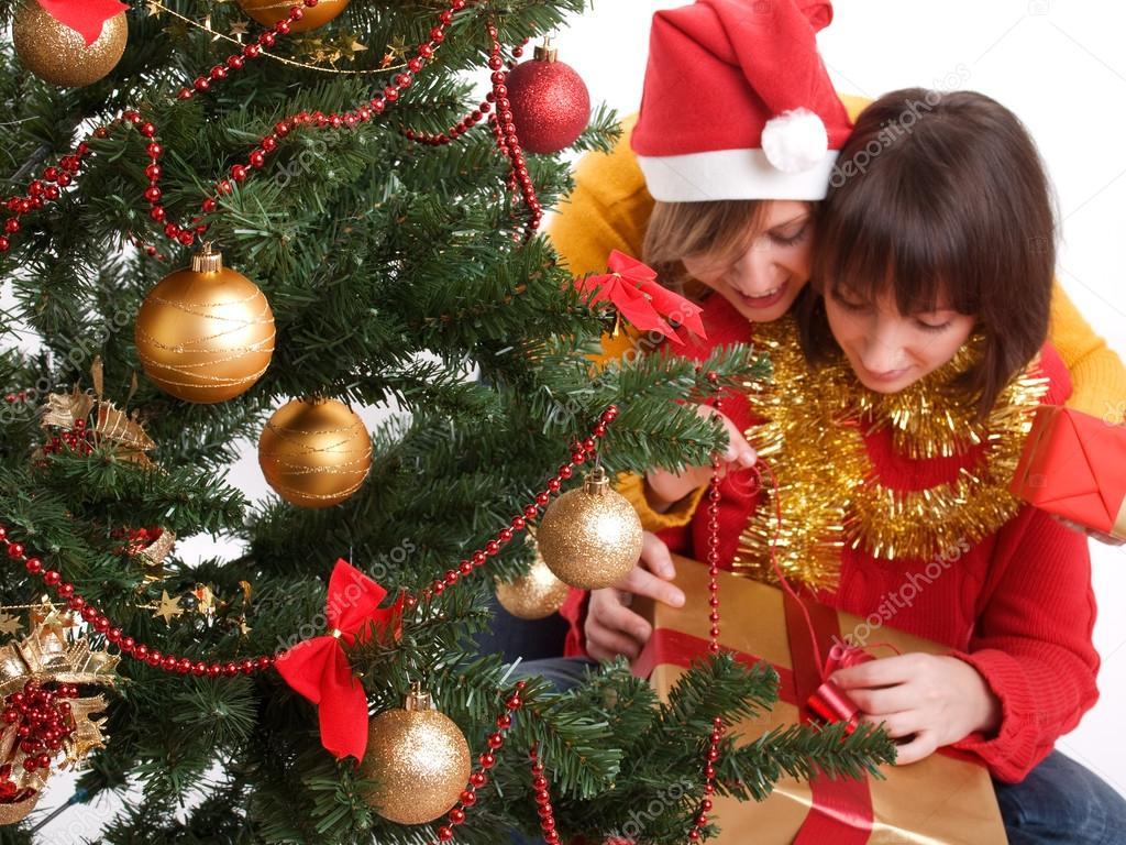 Frauen mit Weihnachtsgeschenke — Stockfoto © ivanmateev #63386405