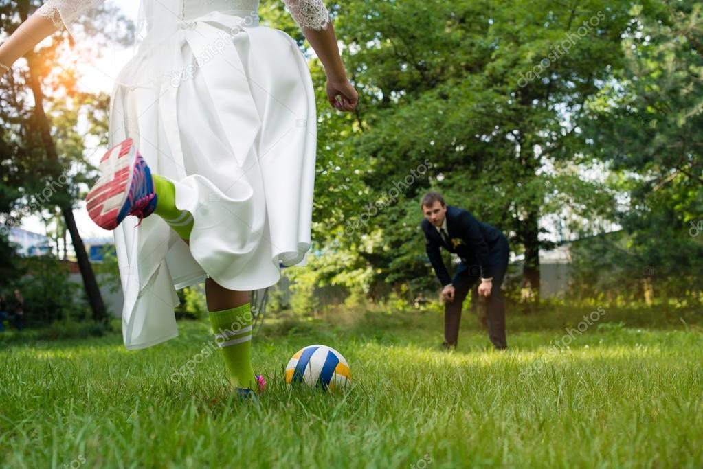 Broma De Novios Jugando Al Futbol En La Boda El Dia Soleado Foto