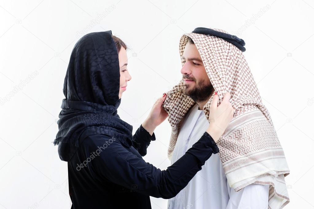 femme arabe fixant son mari foulard sur la t te photographie manowar1973 94096010. Black Bedroom Furniture Sets. Home Design Ideas