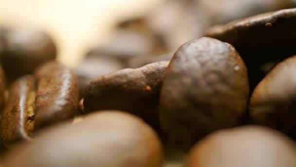 Licht Gebrande Koffiebonen : Stapel gebrande koffiebonen op licht houten tafel ondiepe focus
