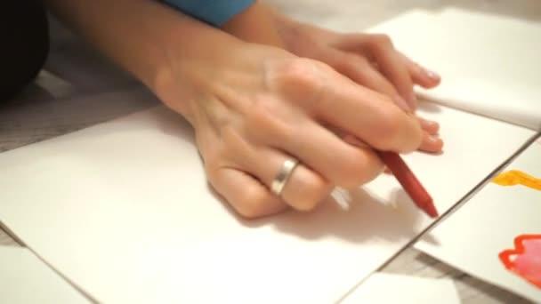 Fiatal nő és gyermeke kezünk körvonala a zsírkréta rajz