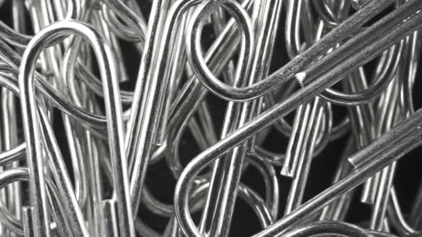 Makro snímek dolly ocelové sponky, pohled shora