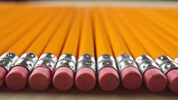 Stejné tužky s gumy, perspektivy Prohlédni dolly výstřel. Celková cenzury koncept