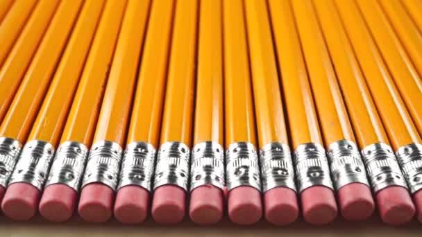 Tužky s gumy růžové, dolly výstřel. Cenzura koncept