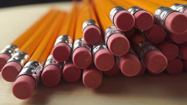 Hromadu stejné tužky s gumy, dolly video