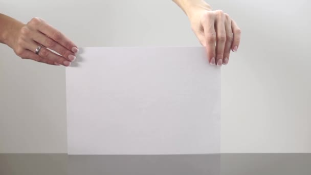 Ženské ruce zmačkala list papíru