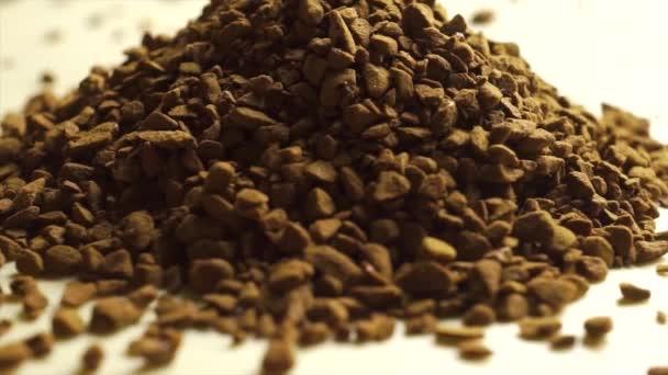 Rotující hromadu instantní kávy, makro video