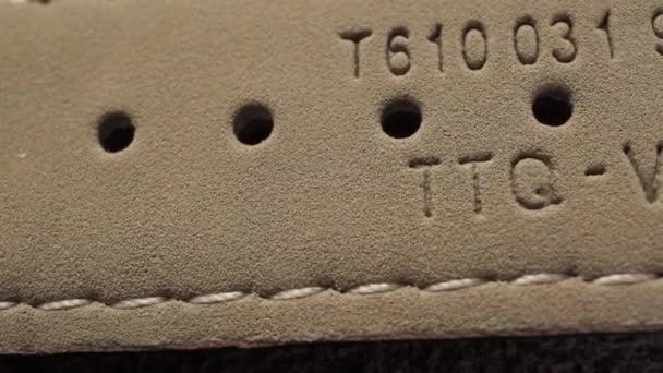 Béžové kožené řemínky pro hodinky. Vnitřní strana makro dolly zastřelil