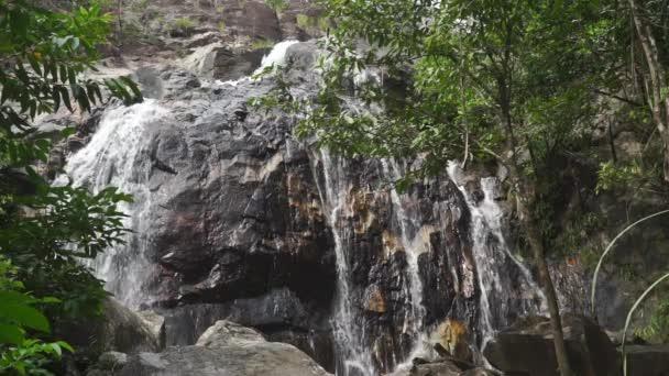 Vysoký vodopád v thajské džungli, slow motion video