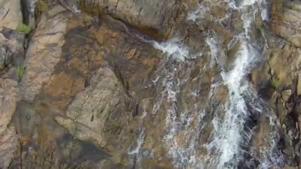 Macchina fotografica seguendo la corrente della cascata Thai. Vista da sopra