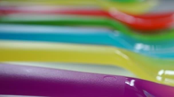 Řádek různobarevných plastových vidliček makro pan zastřelil