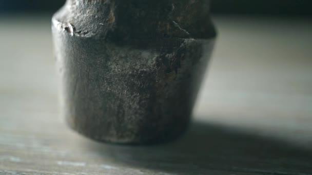 Staré použité kladivo makro video