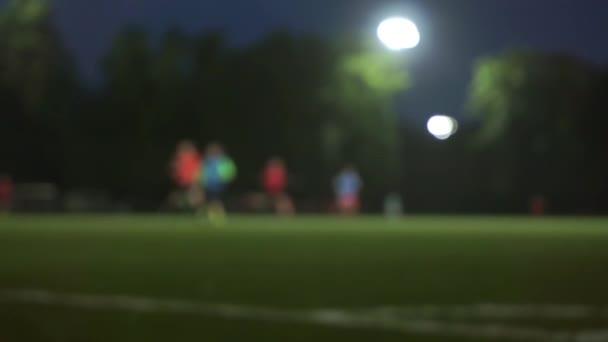 Pozdě večer fotbal školení zpomalené bokeh video