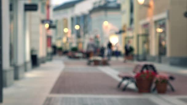 Homályos tekintettel a szabadtéri outlet bevásárló központ. 4 k bokeh videóinak