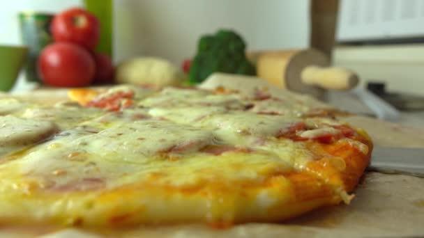 Vaření, součást sady. Přičemž kus čerstvě upečený domácí pizza s protahováním sýr. 4k zavřít video