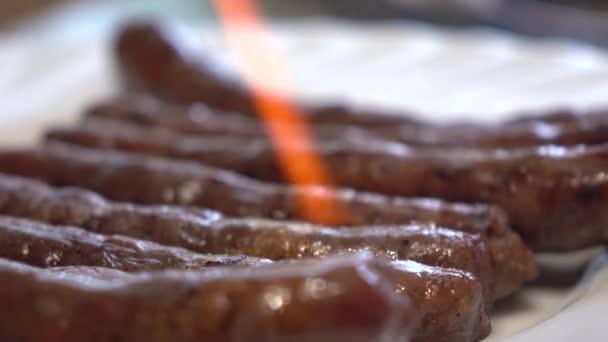 Smažení párků s hořákem s jídlem. 4k zavřít video