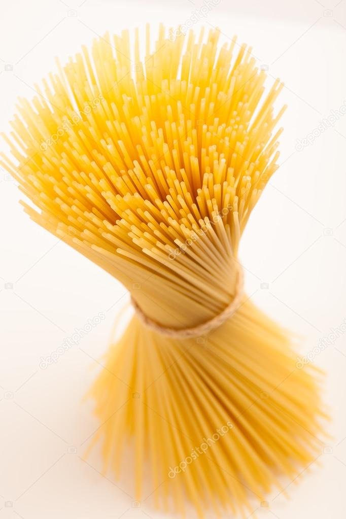 In piedi di spaghetti di grano legati con la corda in for Piani di fattoria di 2000 piedi quadrati