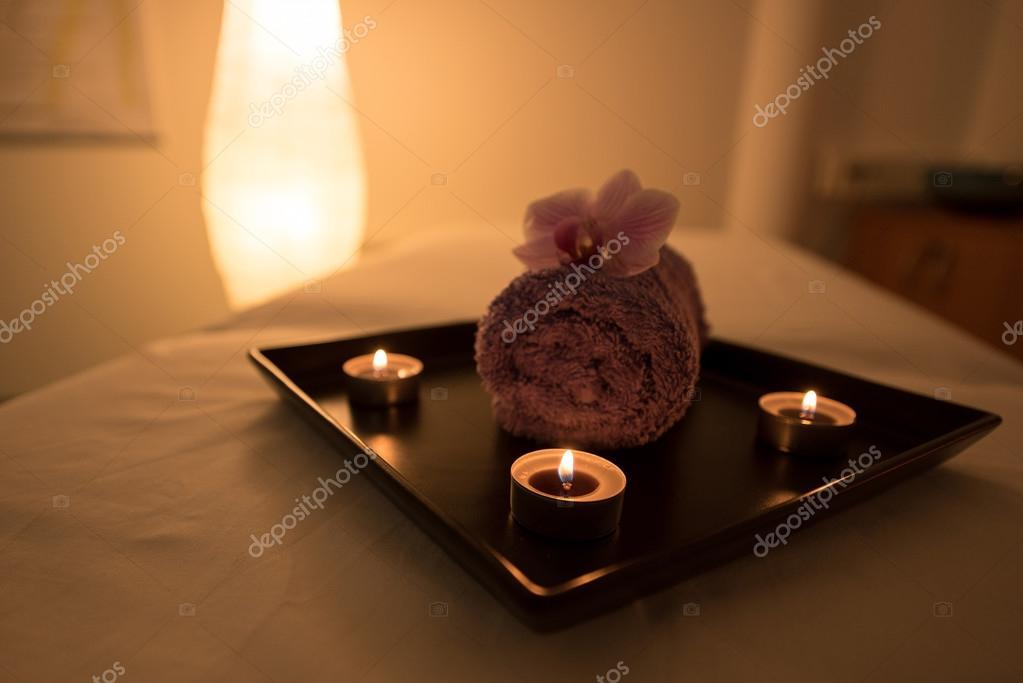 Beauty salon decoratie in de massageruimte kaarsen handdoek en