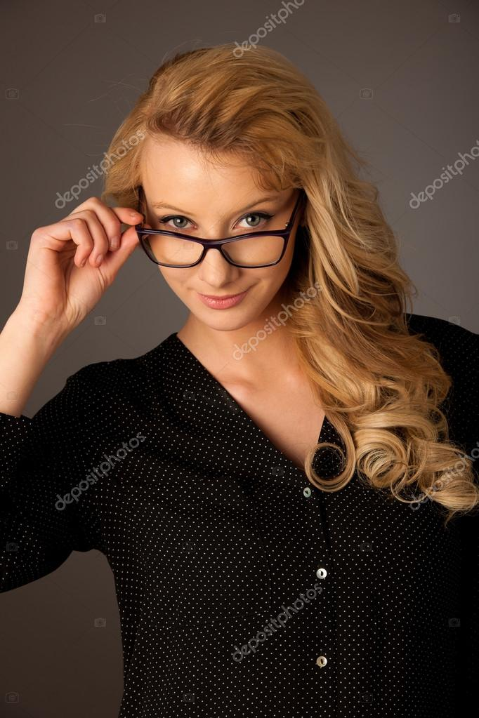 Belle jeune femme blonde caucasienne avec lunettes je cherche — Photo 3ff623e3b5dc