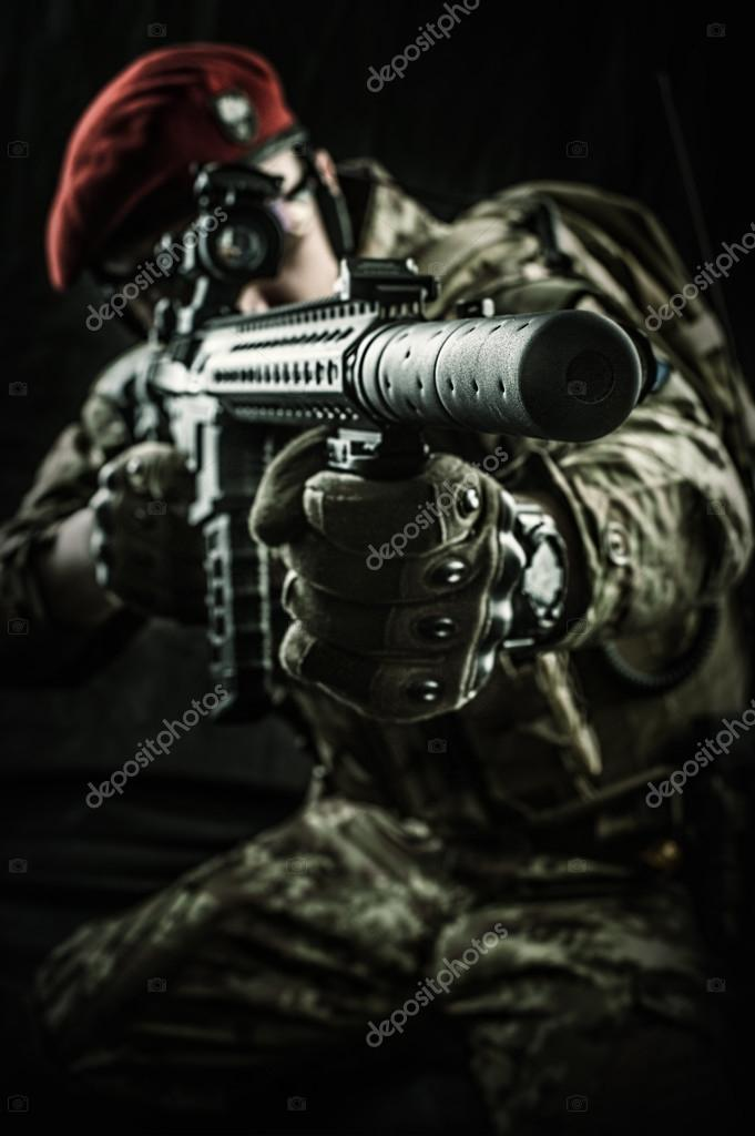 Ung snygg militär man i italienska kamouflage sikte från automatgevär 206b7b1a98123