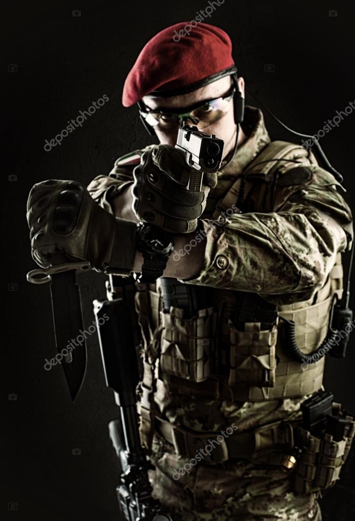 militär i italienska kamouflage sikte från pistol — Stockfotografi ... 0f86d390e74ad