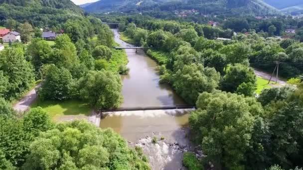 Horské řeky a zelené řeky shora. Ustroň. Polsko