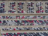 Légifelvételek sok új autó parkoló járművek