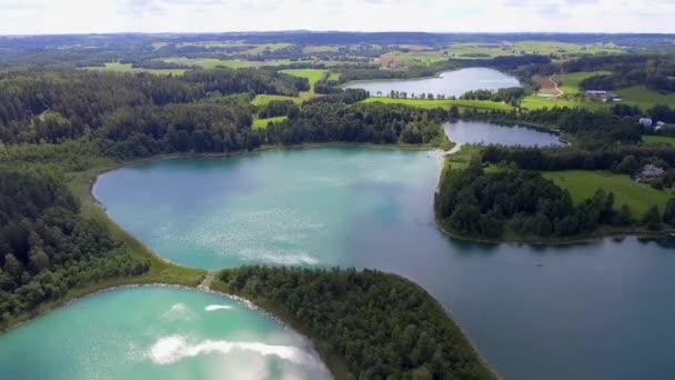 Pohled z malých ostrovů na jezeře v regionu Mazury a Podlasie okres, Polsko. Modrá voda a bílé mraky. Letní čas. Pohled shora