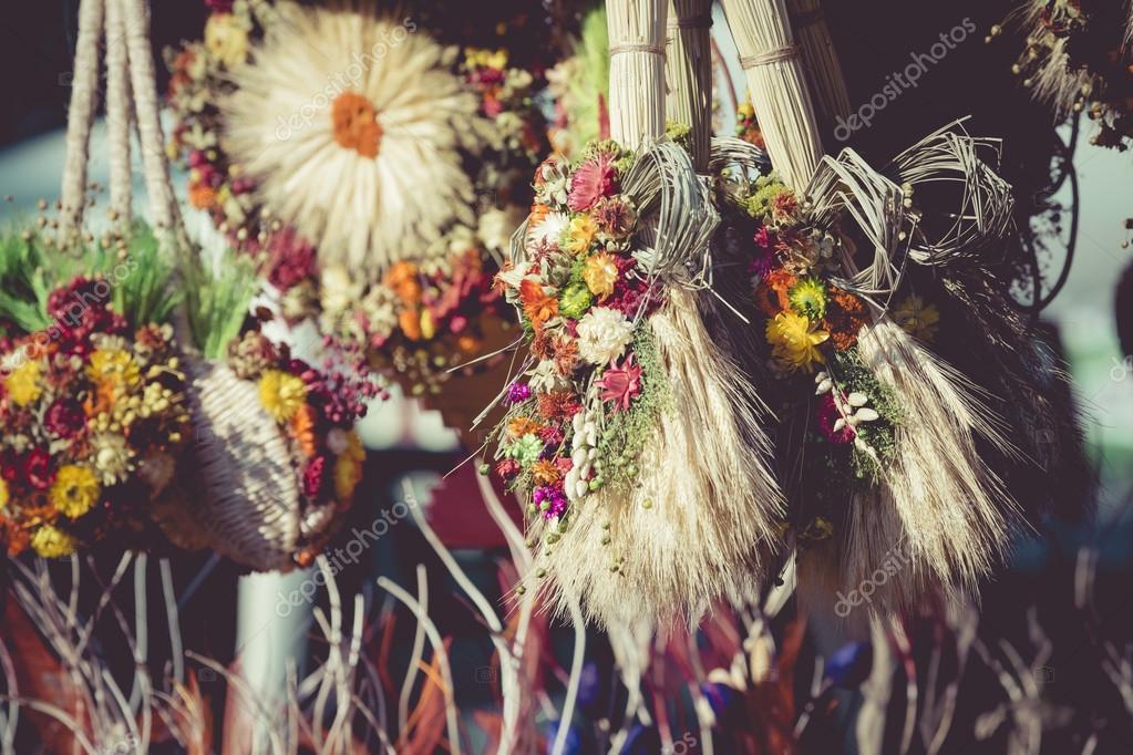 varios secos y plantas y flores de colores para la decoracin casera u foto de stock