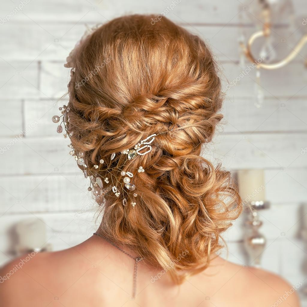 5b7478d7476784 Весільна зачіска wih прикраси для волосся — Стокове фото — білий ...