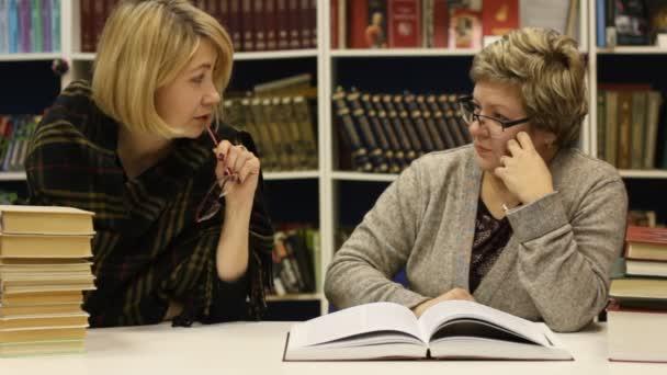 dvě ženy v knihovně