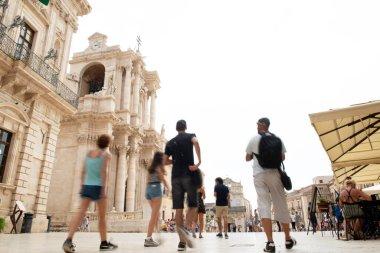 Siraküza (Siracusa), İtalya 'nın Sicilya kentinde kalabalık bir topluluk. İtalya 'nın Sicilya adasındaki Syracuse Katedrali' nin gündüz manzarası (Duomo di Siracusa veya Cattedrale metropolitana della Nativita di Maria Santissima), Ortigia, Syracuse