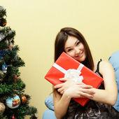 dospívající dívka s vánoční dárek