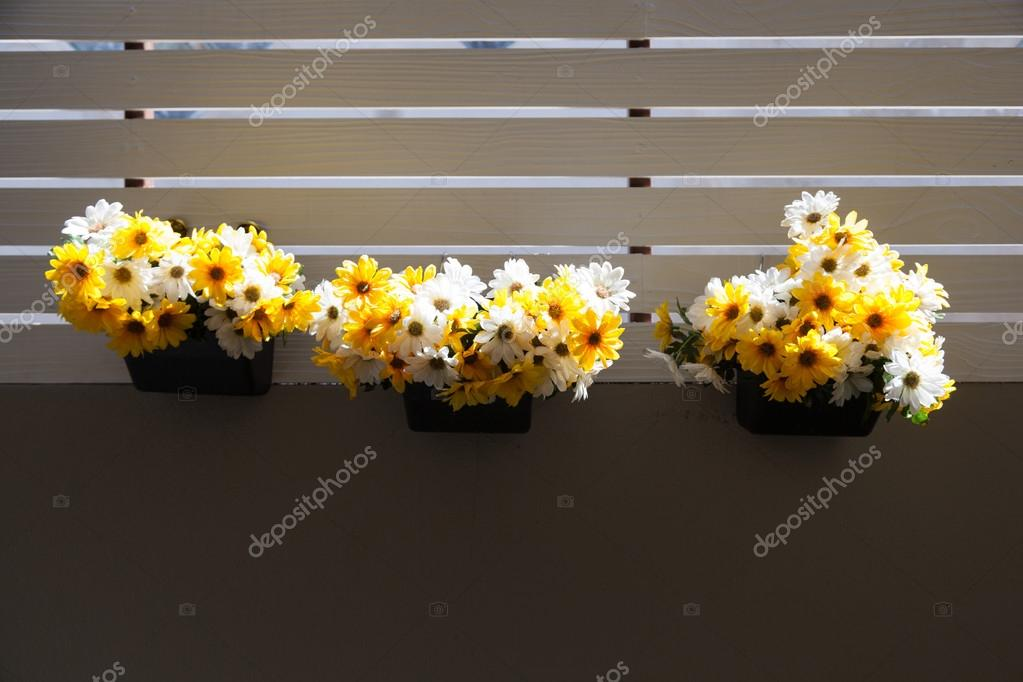 Vazen Op Balkon : Vaas met bloemen op balkon u stockfoto noname