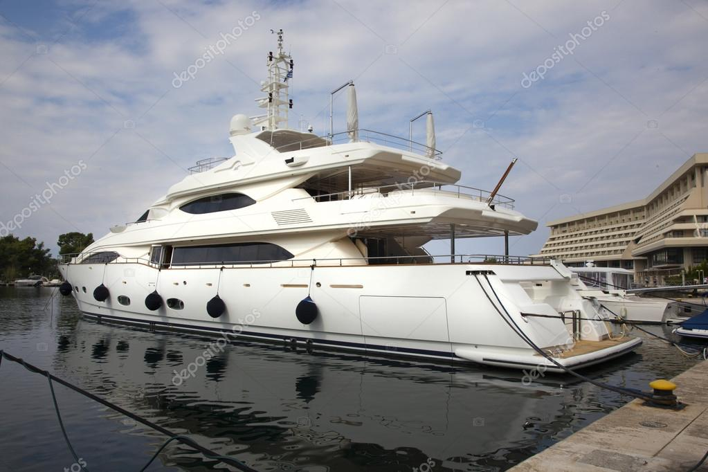 Yachten luxus  Luxus-Yachten in den kleinen Hafen — Stockfoto © supersan #73868509