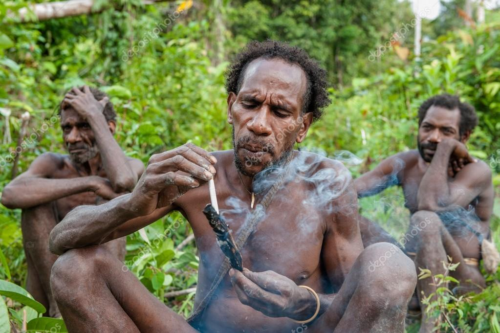 man from Korowai tribe smoking – Stock Editorial Photo © SURZet